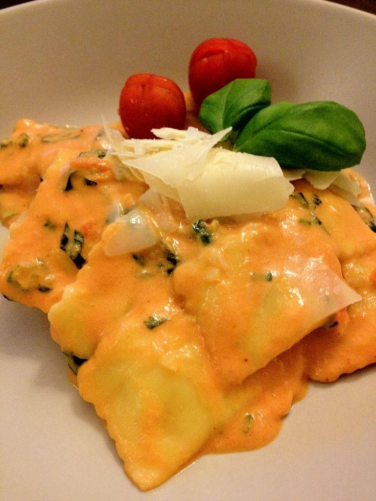 Overheerlijke ravioli met kaasvulling en een tomaten roomsaus met groente. Tijd: 15-25 min.