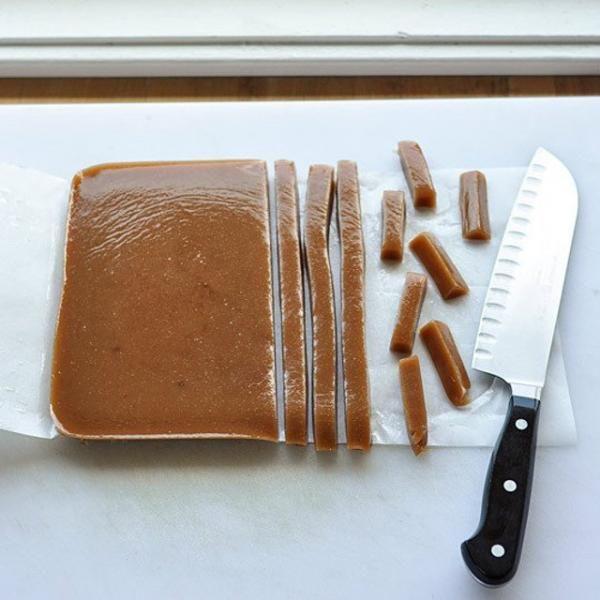 Cómo hacer caramelos blandos caseros. Vamos a hablar de caramelos masticables, esos que se derriten en tu boca, muy dulces, e increíblemente adictivos. Para esta receta de caramelos, necesitas leer la receta completa antes de empezar, ase...