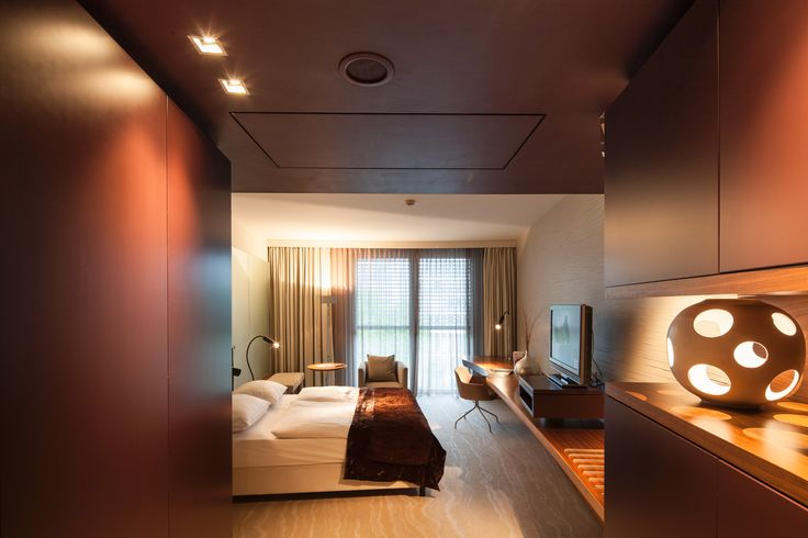 Did you ever notice the dim, bad lighting in many hotels? We asked a hotel lighting expert for help: Find his 10 tips! #Hotel #Lighting #WeekendTrip  https://www.ledvance.com/news-and-stories/stories/hotel-lighting-guide/index.jsp