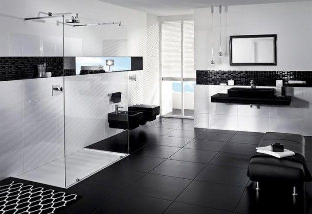 Este es el segundo cuarto de estar. Hay una ducha, un fregadero, un espejo sobre el fregadero, una tumbona, un bidé, un retrete, y una ventana.