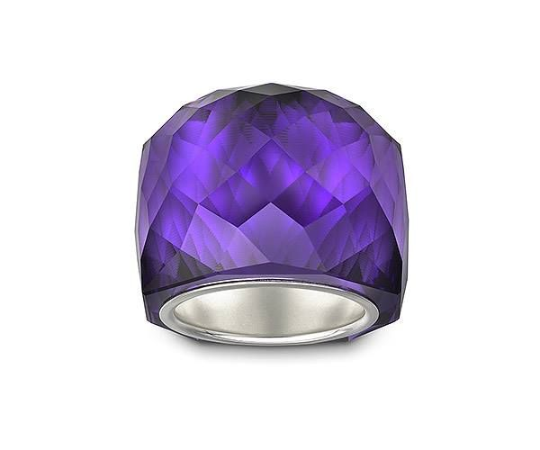 Nirvana Purple Velvet Anillo Elaborada con delicadeza en cristal Purple Velvet, este icónico anillo Nirvana brilla en el color indispensable de esta estación. Cuenta con un anillo interno chapado en plata y es fácil de combinar con prácticamente cualquier atuendo