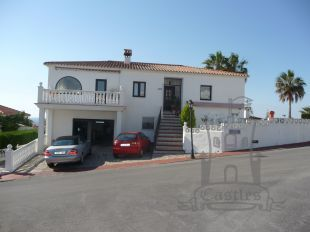 Lovely detached villa affording splendid sea views, situated on the desireable, mainly residential urbanization of Hacienda Guadalupe, Manilva - located 2 mins from the beach, marina and golf of La Duquesa. 1033