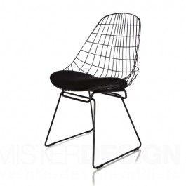 De SM05 Stoel, ontworpen door Cees Braakman en Adriaan Dekker, was één van de eerste stoelen volledig vervaardigd uit draadstaal. Het tijdloze ontwerp uit 1958 is opnieuw in productie genomen. De draadconstructie creëert een ruimtelijk effect. Het kussen en de vorm van de rugleuning zorgen voor een comfortabele zit.  Het frame van de stoel wordt vervaardigd uit gelakt metaal in de kleur zwart of wit. Het kussen wordt gemaakt van stof uit een stofsoort naar keuze.  Het kussen wordt ...