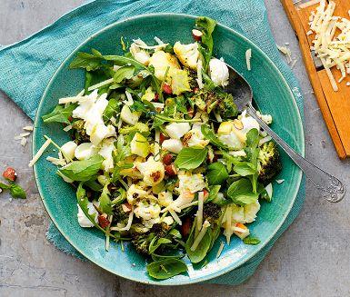 En underbar sallad med italienska smaker där blomkål och broccoli får rosta i ugn med vitlök och mandel. Lägg till söta päron, krämig mozzarella och pikant parmesan för en komplett vegetarisk måltid. God på buffén!