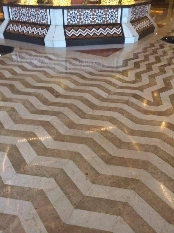 Combinación geométrica de piezas de distintos mármoles. #arquitectura #diseño #decoracion #marmol #cremamarfil #interiorismo #mosaicos