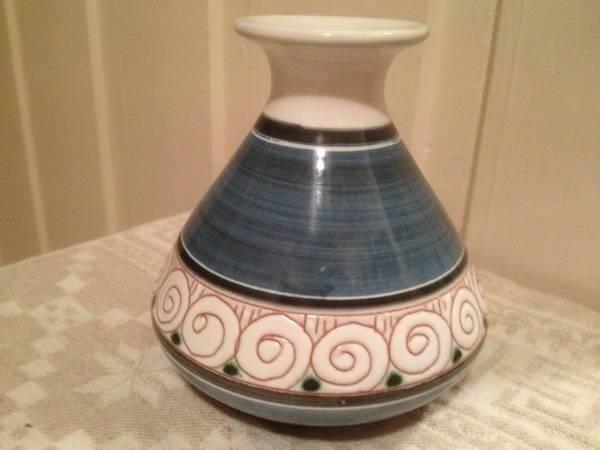 Nydelig liten keramikkvase fra Elle - Selges av tantelilla fra Skjetten på QXL.no.  I perfekt stand. 10.5 cm. 903. Elle Norway B.