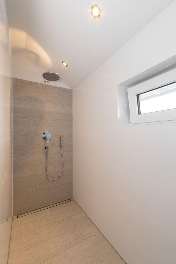 Grosse Bodentiefe Dusche Mit Regenduschkopf Und Toller Beleuchtung Badezimmer Dusche Ebenerdig Regendusche Badezimm In 2020 Dusche Badezimmer Badezimmer Renovieren