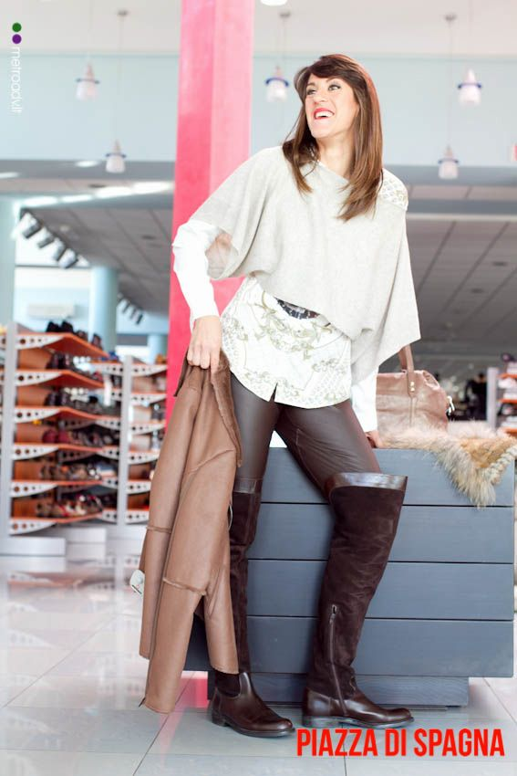 Il total look indossato da Nelly comprende: Stivali Pollini -60% Pantaloni in pelle Pinko -50% Camicia in seta -50% Kappa Penny Black -50% Giubbotto Shearling Armani -50%