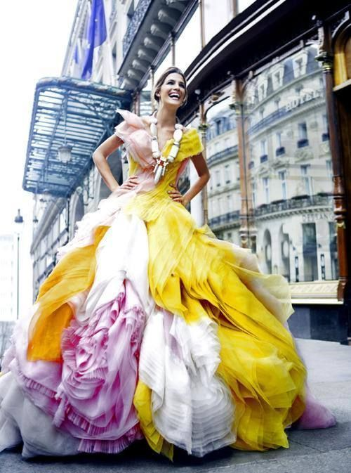 華やかで個性的!クリスチャン・ディオールのマルチカラードレス☆ ハイブランドのカラードレス・花嫁衣装まとめ。
