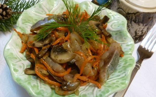 Литовский холодный салат: с любимой селедочкой, морковью и грибами!