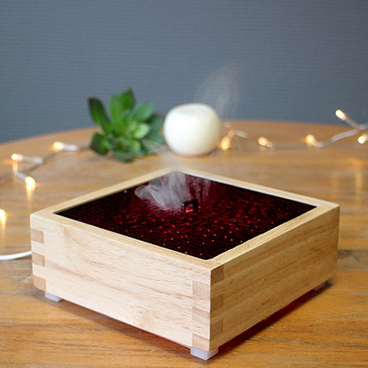 Le diffuseur d'huiles essentielles Kaori se différencie des autres modèles avec sa forme carrée. Le bois clair accueille harmonieusement le couvercle noir dans lequel sont découpés des motifs japonisants au travers desquels s'échappe la brume parfumée.  - S'appuyant sur la technologie de diffusion par brumisation, Kaori est capable de diffuser efficacement des huiles essentielles dans des pièces allant jusqu'à 60m². - Discret et plutôt sobre, il trouvera facilement sa place dans votre…