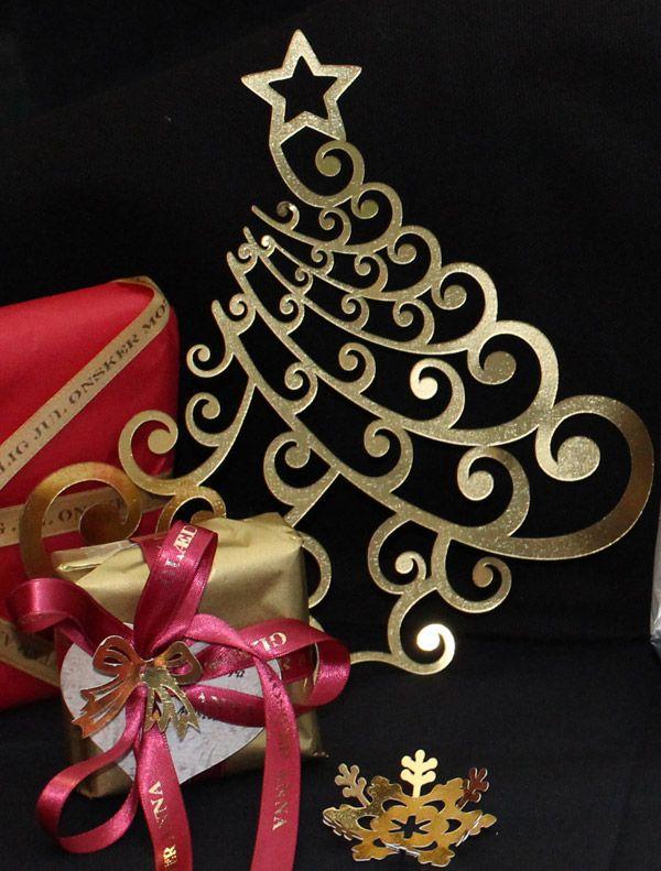 Flot juletræ til at hænge op og pynte hvor som helst. Fås i guld og sølv. Størrelse: op til 19 cm i højden.