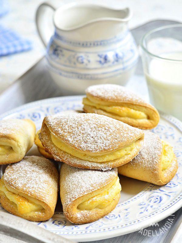 I Sochniki sono biscotti ucraini che possono avere nel ripieno, oltre alla ricotta e alla panna acida, anche fragole e mirtilli. Si servono con del buon tè #sochniki