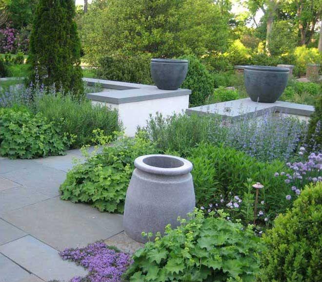 Terrass med nivåskillnad, stödmur och plantering med uppbruten kant. Nelson Byrd Woltz | Landscape Architects