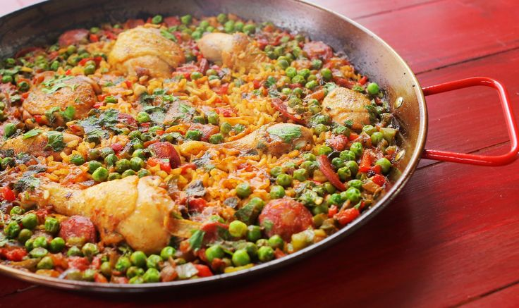 A tengerparton kagylókkal és rákkal esszük, de itt a szárazföldön sem maradhat el az igazi paella-élmény: itt csirkecombokkal és kolbásszal készítjük, füstölt paprikával és sáfránnyal fűszerezzük, az alját kicsit megpirítjuk és el is készült a paella. Isteni finom spanyol fogás,…