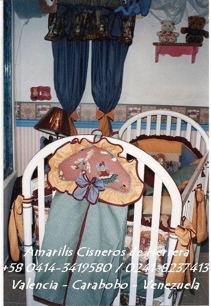 Set de Cuna en Telas Country Americana Quilteado a mano en combinación con Edredón con volantes, Protectores con Volantes y Lazos, sàbana esquinera, cojín decorativo y Set de Madera. Por AMARILIS CISNEROS DE HERRERA - VENEZUELA +58-414-3419580 / 0241-8237413
