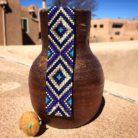 Ce bracelet étincelants Blues perle Loom a été inspiré par tous les beaux natif et Latin American modèles que je vois autour de moi à Albuquerque, Nouveau-Mexique. Comme pour toutes mes pièces, je lai ai créé sur un métier à tisser perles avec grand soin et souci du détail. Les perles utilisées dans cette pièce sont mes préférés - verre haute qualité japonaise Delicas, beaucoup plus homogène et plus cohérente que travail métier à tisser les perles plus couramment utilisés dans. Cette pièce…