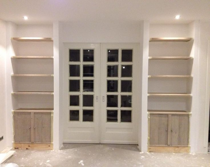 Ensuite deuren in gestuukte kast met planken van gebruikte steigerhout die behandeld zijn met grey wash olie. Gemaakt door www.zumbrinkbouw.nl