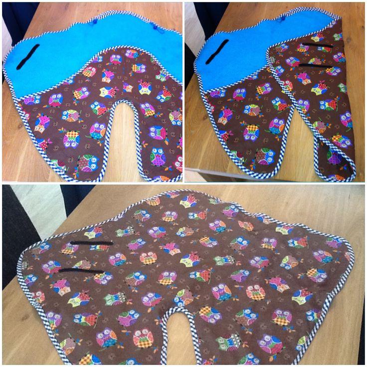 Een wikkeldeken voor de baby van m'n zus. Deze deken past ook in de maxicosi. Inspiratie vond ik op internet. Aangezien ik geen patronen kan lezen, heb ik er zelf iets van gemaakt.
