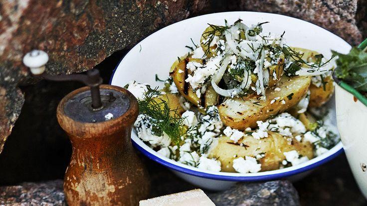Helppo kreikkalainen perunasalaatti kruunaa juhannuspöydän