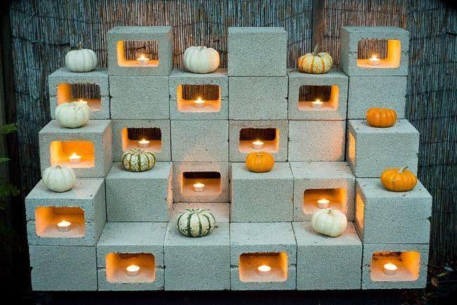 Leuke decoratie voor op het terras, waxinelichtjes in de open blokken.