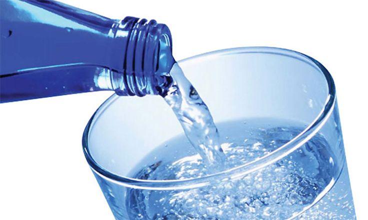 ¿Tomar agua mineral perjudica tu salud?