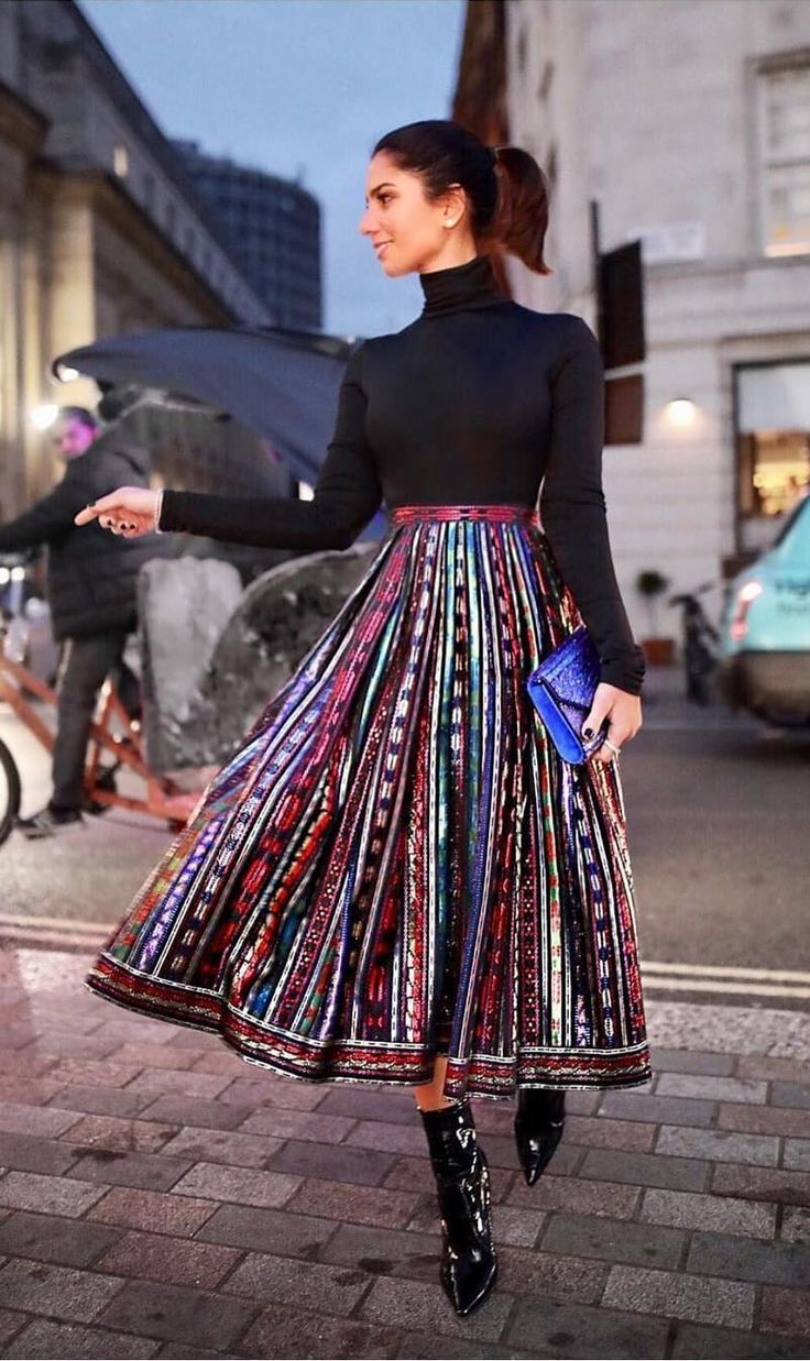 Have a look at these outfits and revive your fall to winter (..to spring) outfit inspiration to wear a pleated skirt!
