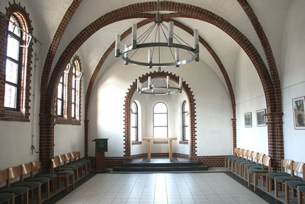 Intimate room for cultural events in modernized green church - Umwelforum Winterkirche