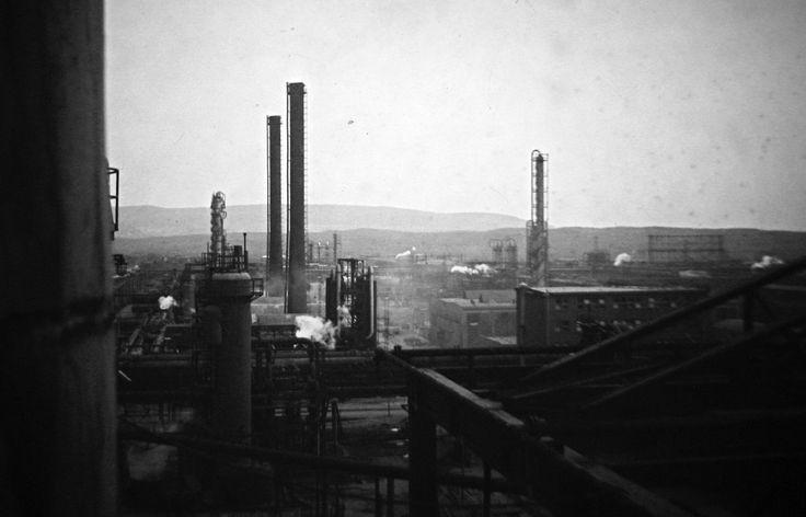 Pohled z destilační kolony AVD na severovýchod - 60 léta 20 st. - moje foto - Smena 8