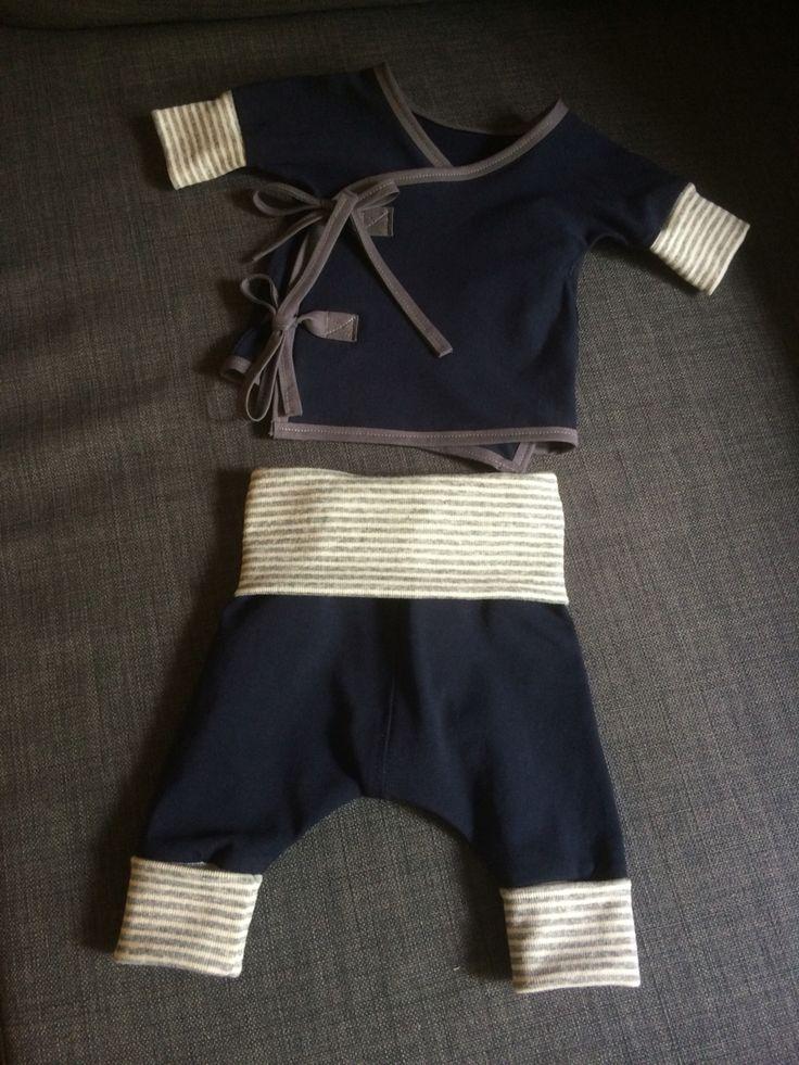 Babykläder första försöket! Liten knyttröja och byxa med justerbar längd (midjeband och benmudd på bilden vikta till halva längden).