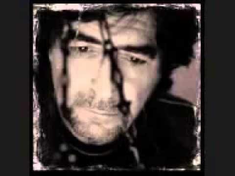 'Pie de guerra' Joaquín Sabina Están en guerra el hombre y la mujer, el tonto, el listo, el gordo y el flaco, el negro, el blanco, el debe y el haber, Mesalina y el tío del saco.  Están en guerra el mambo y el hip-hop, el ying, el yang, el pibe y el viejo, Jeckyll y Hide, monsieur de Sade, Masoc, Pilatos, la razón y el pellejo.  Ven a la guerra, túmbate de una vez en mitad de la via. Mientras la tierra gire y nade un pez hay vida todavía.  En guerra están la baba y el ca