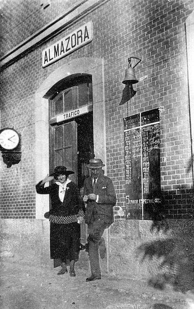 Pareja esperando el tren, en la estación del ferrocarril de Almassora (Castellón) en 1921.