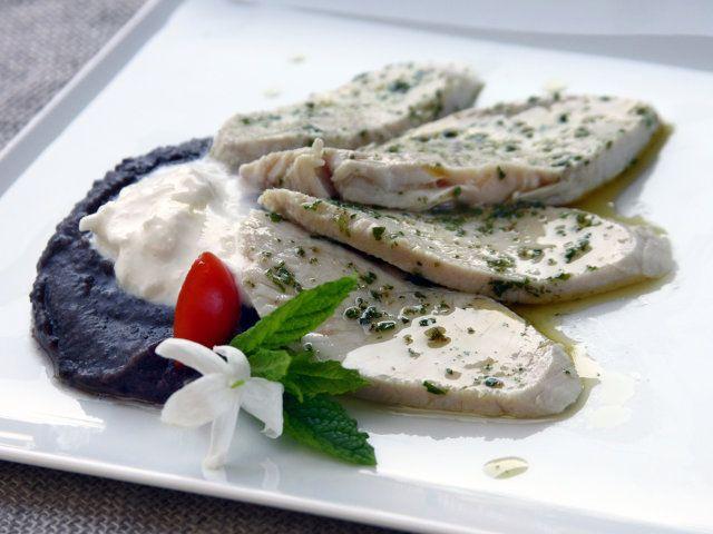 TACCHINO AROMATICO CON PUREA DI FAGIOLI NERI E BURRATA 5/5 - Vi consigliamo di servire il tutto con un Bianco dei Colli Maceratesi (Marche) servito a 10°C  #fileni #cucina #ricette #pollo #cooking #recipes