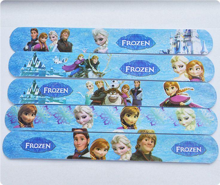 Lotto di 100 bracciali slap quelli che si arrotolano quando vengono schiaffati sul polso del braccio. Possono essere regalati a tutte le bambine come gadget da regalare alla fine festa del compleanno del tuo bambino oppure possono essere rivenduti.  Ho a disposizione diversi personaggi dei cartoni animati molto richiesti dai bambini, così come: Principessa Frozen con Anna ed Elsa, Masha e Orso, Minions, Dora l'esploratrice, Ben10, il simpatico Spongebob, Violetta, Dotty dottoressa peluche…
