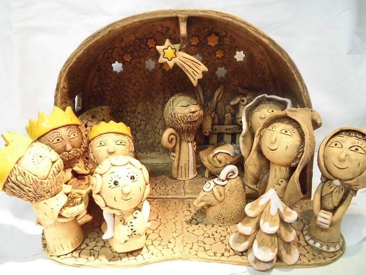 Betlém 9 - velký Čtěte prosím možnosti: 1. Betlém střecha do oblouku: chlév30 cm x22 cm,hloubka 10cm. Postavičky 11- 14 cm ....8ks ....můžete zakoupit figurky jednotlivě, pište prosím o bližší informace. Součástí je Josef, Marie, Ježíšek, oslík, vůl, Betlémská hvězda (zavěšená na drátku v prostoru), mistička na svíčku, Tři králové, pasáček s ...