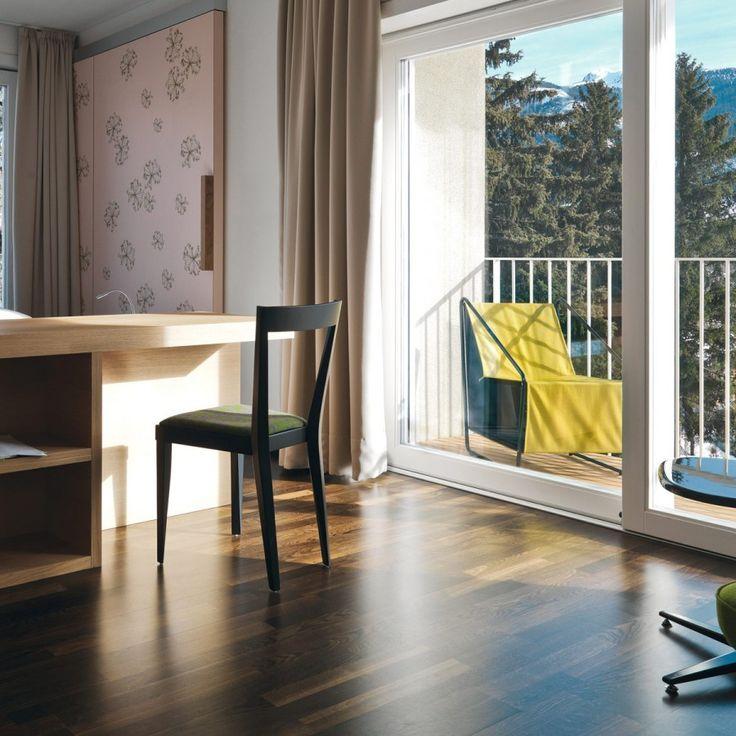 LIVIA 01, design minimal proprio come la sedia da cui prende ispirazione, ovvero la Superleggera disegnata per la prima volta nel 1937 da Gio Ponti. Una struttura in legno di faggio dalle linee moderne ed essenziali è completata da una morbida seduta imbottita.