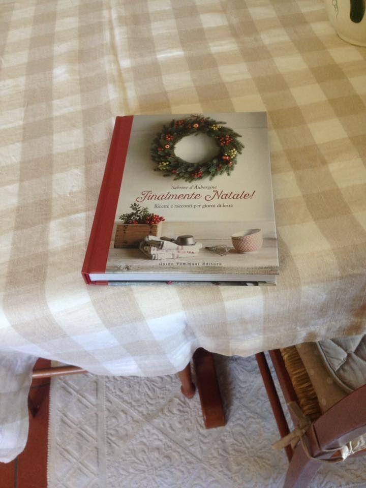 """""""Stasera a letto presto, ho un libro nuovo nuovo da iniziare!!!!"""" scrive Brunella. E così, quel libro fresco di consegna (anche perché arriva dritto dal Polo Nord), è passato dal tavolo di cucina al suo comodino... #finalmentenatale"""