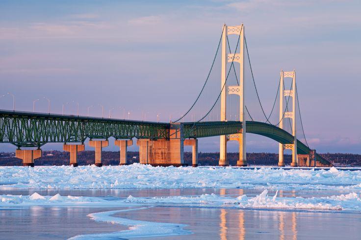 Ponte Mackinac, Estados Unidos  *****Atualmente, a Mackinac, em Michigan, nos Estados Unidos, é a quinta ponte suspensa mais longa do mundo e está em primeiro lugar entre as do hemisfério oeste, com um comprimento de aproximadamente 8 Km e está a mais ou menos 60 m do nível do mar. Por ser muito alta, lá o vento pode atingir até 48 Km/h. Caso os motoristas não estejam se sentindo confiantes para continuar o percurso, as autoridades da ponte podem dirigir para eles de graça.