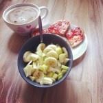 Jessicas Frühstück: Obstsalat und Schnittchen mit Erdbeermarmelade, dazu Malzkaffee   http://opinionsononions.wordpress.com/2012/09/27/vegan-wednesday-4/#