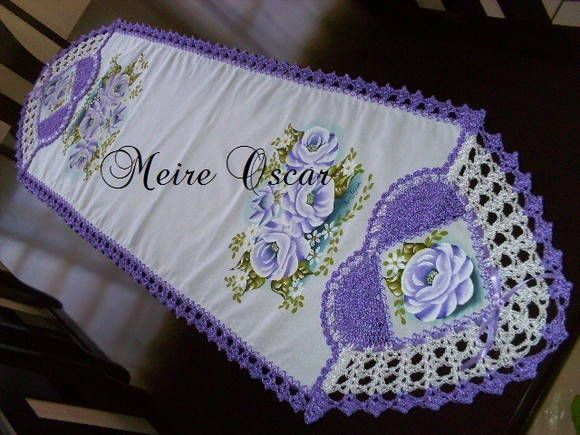 Caminho de Mesa feito no tecido Panamá <br>Com coração de crochê lilas e pintura de rosas lilas <br>Faço na cor e tamanho desejado!