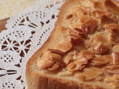 ゆみらんたん さんの「フロランタン風トースト」を動画でご紹介。 焼き菓子でおなじみのフロランタンをトーストで表現したこのレシピ。アーモンドのパリパリ感がまさにフロランタン! 練乳とハチミツの甘〜い香りが幸せな気分を誘います♪ 短時間で手軽に作れるので、朝食に、おやつに、オススメですよ。「パンは薄めのものを選んでしっかり目に焼くと、よりお菓子っぽい感じになります」(スタッフ談)