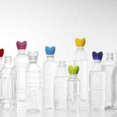ペットボトルは軽くて耐久性に優れており大変便利なものです。しかし、大量買いしてしまった時や、中身を飲んだ後の処分などで邪魔になりがちです。今回はペットボトルの収納方法と、不要になった空のペットボトルの活用法と収納術をご紹介します!
