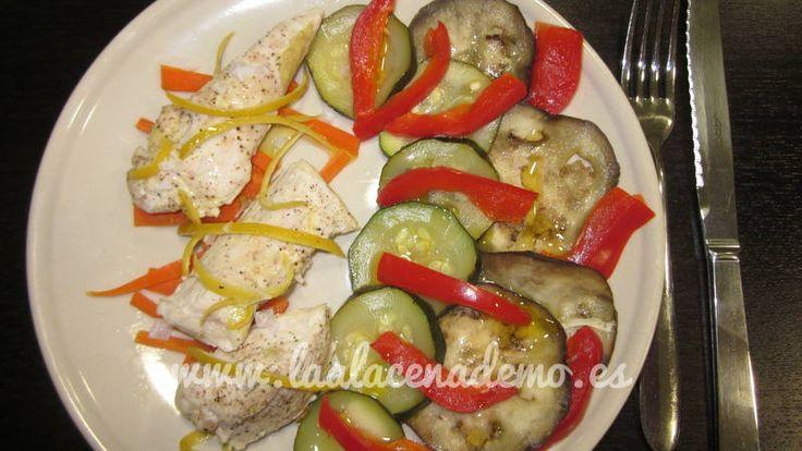 Recetas ligeras: Pollo al limón con verduras al vapor con thermomix. Explicación paso a paso en http://laalacenademo.es/recetas-thermomix/carnes/pollo-limon-verduras-vapor/89/