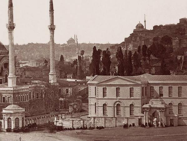 Şinasi, ünlü Şair Evlenmesi oyununu şimdi olmayan Dolmabahçe Tiyatrosu'nda oynanması için yazmıştı... #istanbul #Dolmabahçe #Tiyatro #istanlook