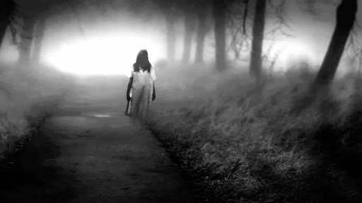 ¡Ay mis hijos! ¿Dónde comenzó la leyenda de la llorona? -  Antes de la llegada de los españoles a México, la gente que habitaba la zona del lago de Texcoco podía escuchar en las nocheslos lamentos de una mujer siempre vagando y lamentando la muerte de su hijo.    La llamabanChocacíhuatl(del náhuatlchoka, llorar, ycihuat, mujer) y era la primera de todas las madres que murió al dar a luz.  Por las noches las calaveras descarnadas de Chocacihuatl y su hijo flotaban en el aire, cazando a…