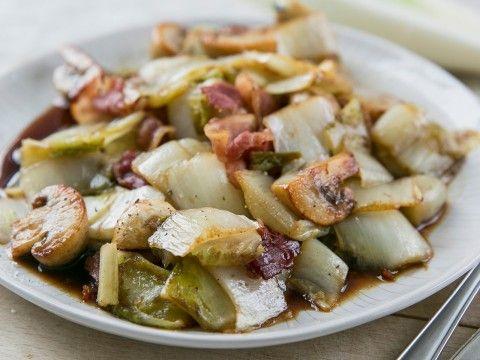 Roergebakken witlof met spek en champignons
