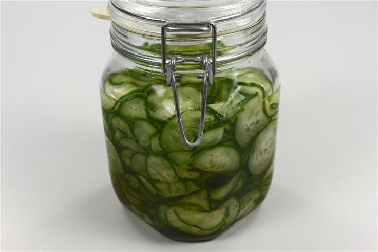 Rør eddike med sukker, kogende vand og peber til sukkeret er opløst. <BR> <BR> Snit agurken i tynde skiver, gerne på råkostjern og drys dem med lidt salt. Lad dem trække 10 minutter. <BR> <BR> Knu