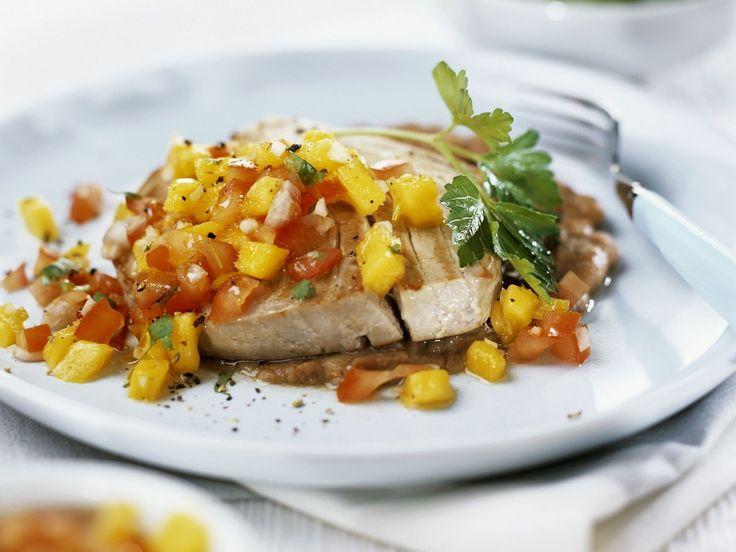 Thunfischsteak vom Grill mit Salsa aus Mango und Tomaten