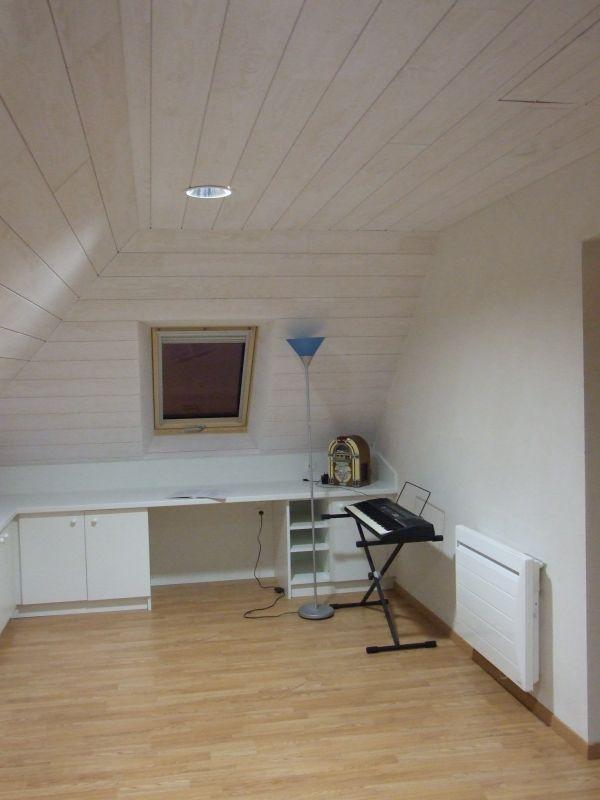 Besoin d'un bureau, et pourquoi ne pas aménager les combles?? lambris à larges lames et meubles blancs!