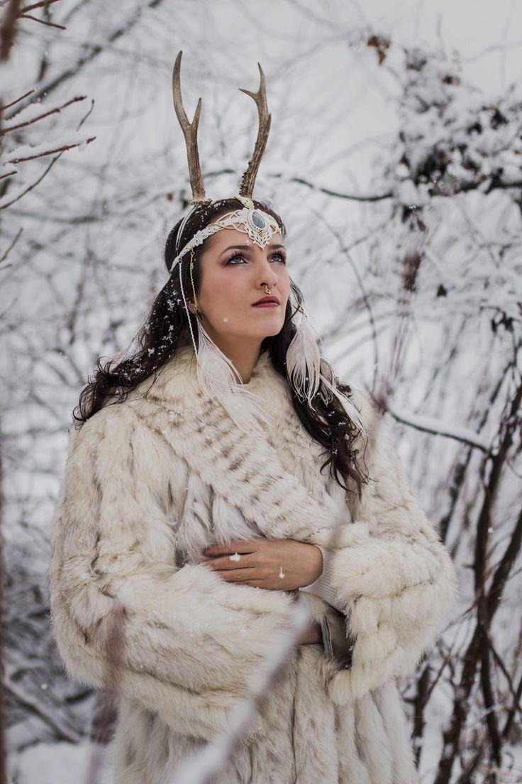 Tiara: @angyalcsomozda #photographers #macrame #micromacrame #tiara #antler #jewelry #labradorite #bohemian #ethnic #fashion #winter #snow